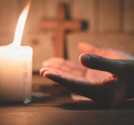 une femme en prière.