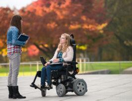 deux étudiantes dont l'une dans un fauteuil électrique.