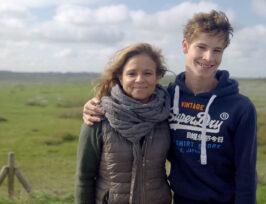 une mère de famille avec son fils autiste