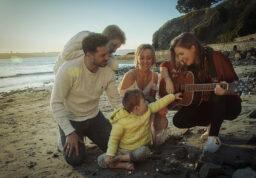La famille de Lois avec Cilou, sur une plage.