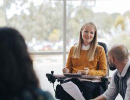 une femme en fauteuil roulant en réunion d'entrepreise