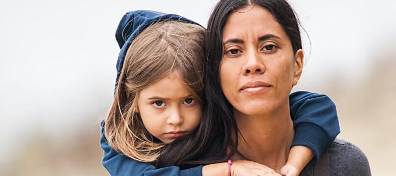 Une maman et sa fille sur son épaule