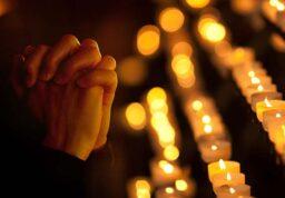 Une personne qui prie dans une église