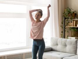 une femme dansant sur de la musique