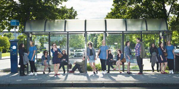 des personnes à un arrêt de bus.