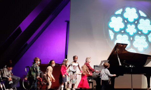 Enfants porteurs de paralysie cérébrale, accompagnés de Delphine Bardin au piano.