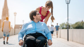 Une femme avec son conjoint handicapé
