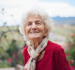 une femme âgée souriante