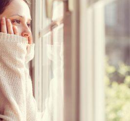 Une femme regardant par la fenêtre
