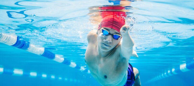 Personne avec un handicap qui nage.