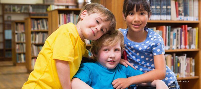 Trois enfants dont l'un est handicapé