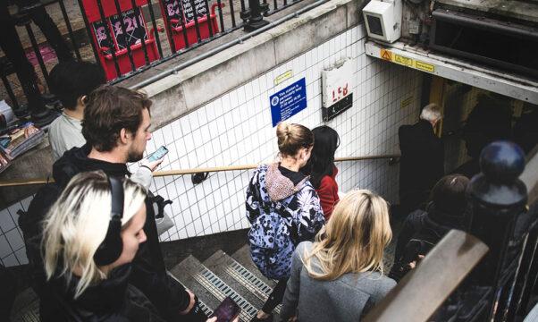 des personnes qui descendent dans une station de métro