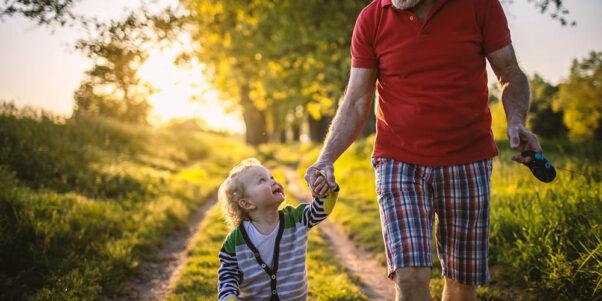 un grand-père avec son petit-fils