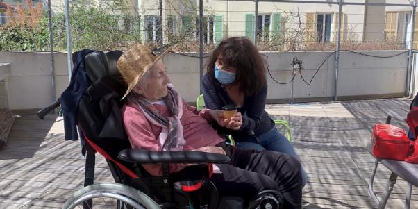 un bénévole auprès d'une femme atteinte de la maladie d'Alzheimer