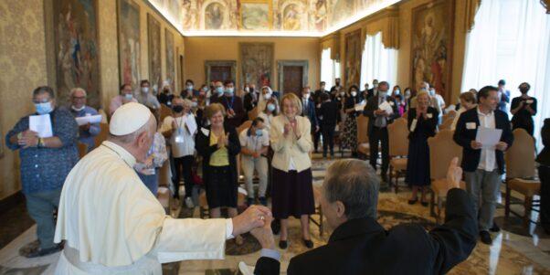 le pape François et les représentants de Foi et Lumière