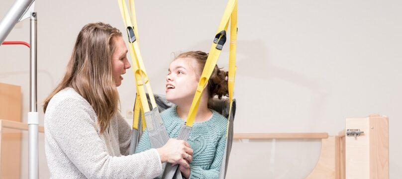 Une mère et sa fille avec un handicap.
