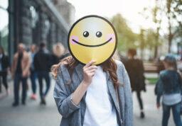 une femme avec un smiley