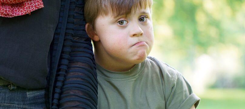 Petit garçon avec un handicap triste.