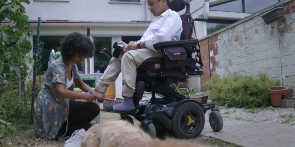 Eva chausse son frère handicapé
